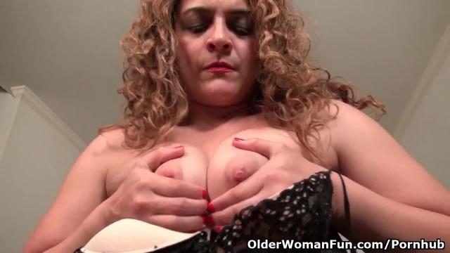 American MILF Vanessa Jones Pleasures her Swollen Clit