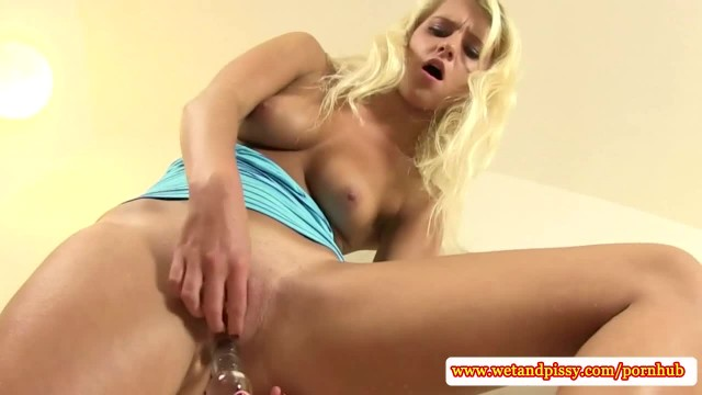Urine Fetish Blonde Didlofucks her Pussy