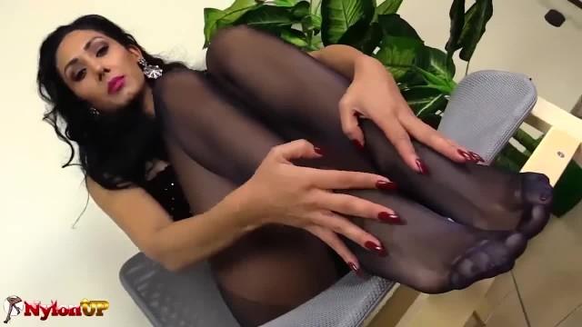 Mistress Alexya Ti Fa Una Sega Con i Piedi in Collant Neri