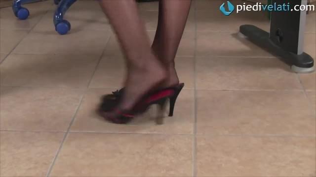Segretaria Rossa Ti Fa Impazzire Giocando Con Le Scarpe Sotto Al Tavolo