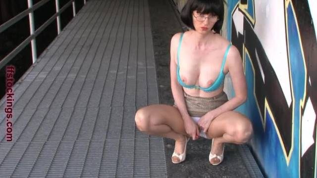 FFstockings Mature Lady Busted while Flashing Outside
