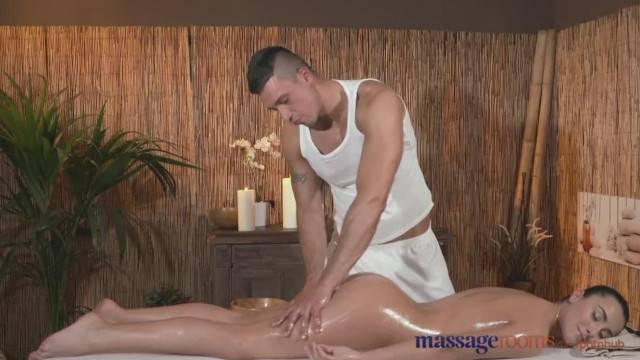 Massage Rooms Juicy Bum Teen Sucks Big Cock before getting Fucked Hard