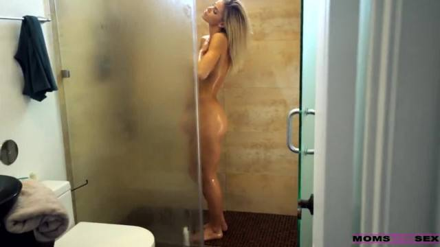 Jessa Rhodes takes a shower and then gives black guy a fuck