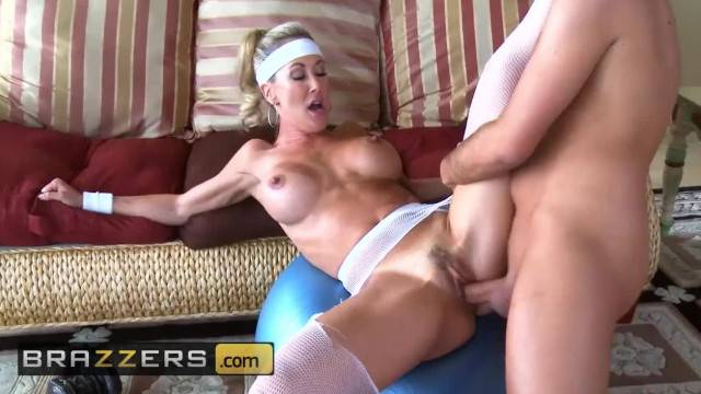 Brazzers Fit MILF Brandi Love has Hard Abs and Loves Hard Cock
