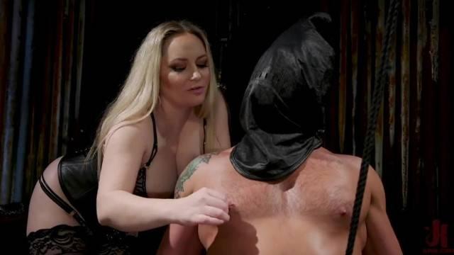 Dominatrix Aiden Starr facesitting her sex slave