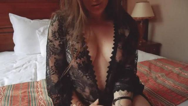 Rubbing her clit and making herself cum in front of webcam