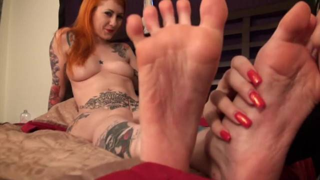 KELLI WORSHIPS AND TICKLE LICKLE STORMS SEXY FEET