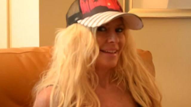 MILF Babe Kelley Cabbana Rubs her Pussy Hardcore to Orgasm