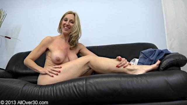 Mature Jenna Covelli gets naked on the casting couch