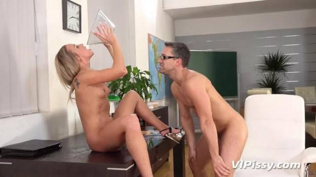 Piss Fuck Blonde Vinna Reed gets Wet and Messy in Sex Session