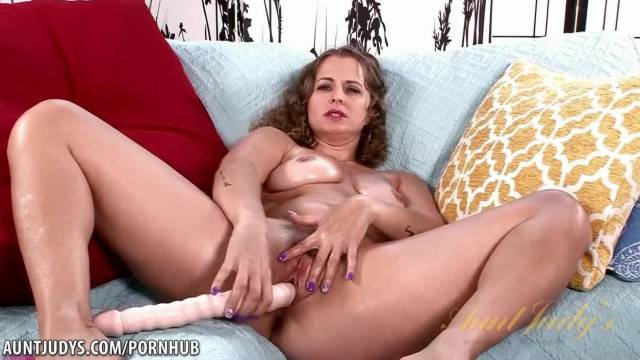 Curvy MILF with big ass strips and fucks snake dildo