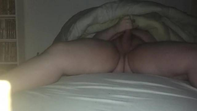 Amateur guy wanks under the sheets