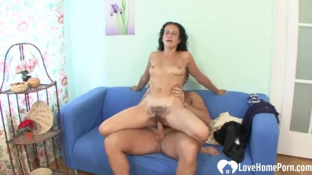 Mature lady rides dick like crazy in amateur sex tape