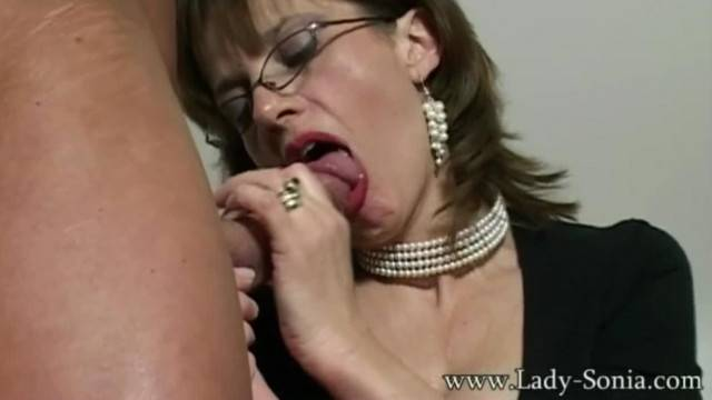 UK MILF Sonia wants Cum but does not have Time to Fuck