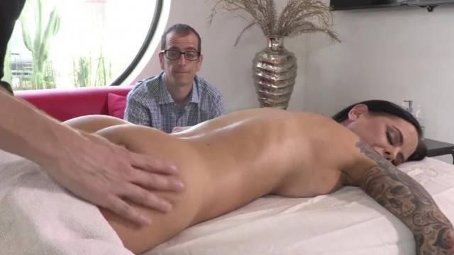 Gorgeous MILF Brandy Aniston experiences bi massage