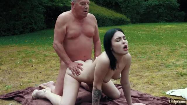 Young hot girlfriend makes grandpa cum in outdoor fantasy