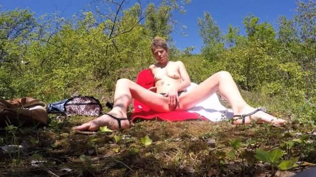 Outdoor masturbation with kinky amateur babe
